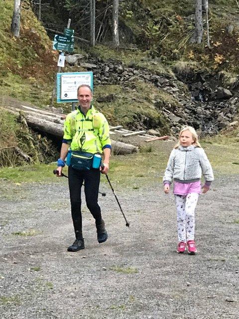 100 KILOMETER: Her passerer Gunnar halvveis og får noen oppmuntrende ord fra datteren Soria. «Bare» ti mil igjen. Foto: Privat