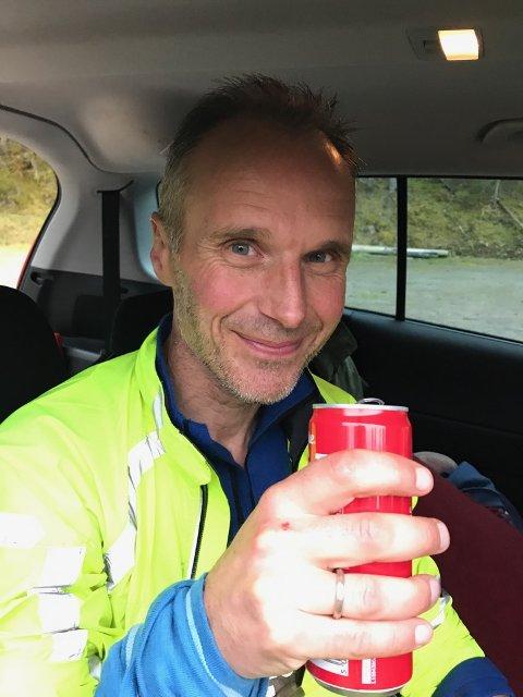 COLA: Etter 200 kilometer og 46,5 timer smaker det fortreffelig med en cola. Foto: Privat