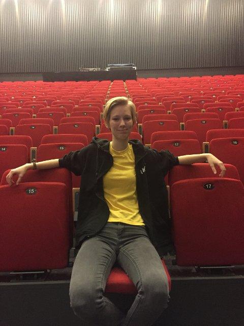 Tonje Ruud Bartnes i kultursalen på Hadeland videregående.