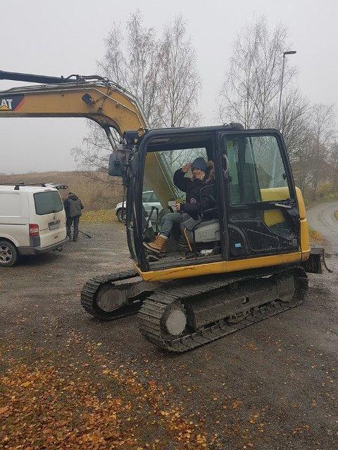 Gravemaskin: Jeg fikk prøve gravemaskinen til Ola Hoff på Granavollen! Mitt neste prosjekt er «Maja blir anleggsmaskinist».