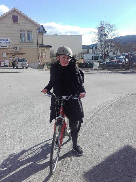Sigrid: Min nye kollega Sigrid Tveiten Roholdt har heller ikke lappen, og sykler fra Gran stasjon til Hadeland Folkemuseum hver dag. Gi henne skyss!