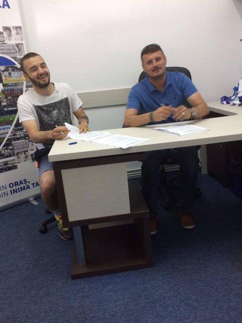 SIGNERTE: Her signerer Kamer Qaka en kontrakt på 2,5 år med den rumenske klubben. Foto: Adem Qaka