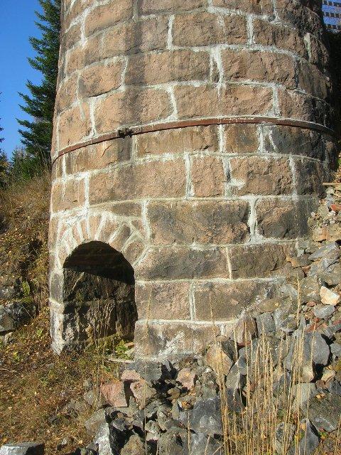 Kalkovnen i Østhagan på Grua bygd 1908 med Grua-granitt som ytre stein. (foto R.A. Berg)