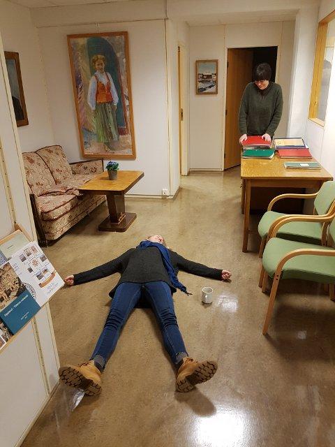 NEDE: Nede for telling av nerver og kvalme før forbikjøring. Kari Mette Avtjern og Kari Lander gir mental støtte.