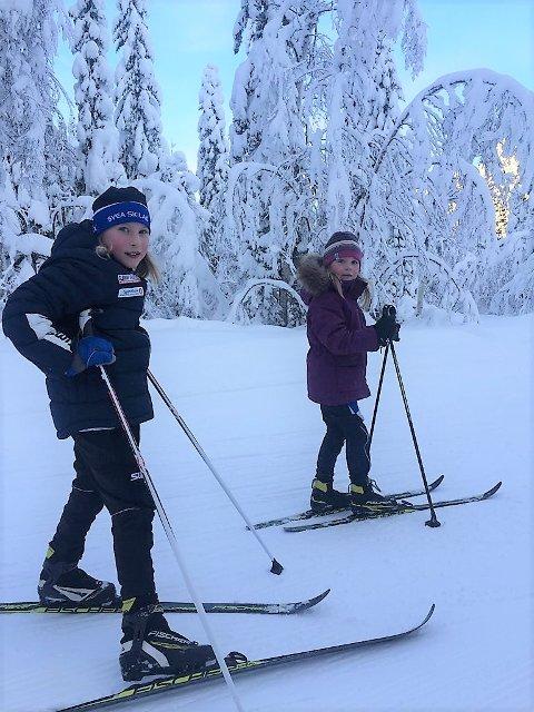 Det var flotte forhold under årets Svearenn. Her tester venninnene Tiril Gammelmo og Linnea Myhren-Langbakke løypene før start.