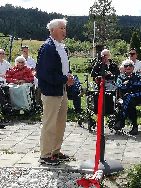 INITIATIVTAKER: Kaare Olimb fra Lions Club Lunner forteller om fontenen.