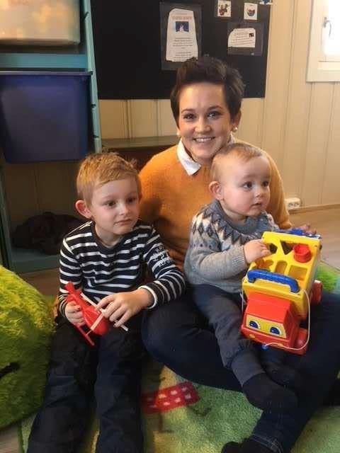 FORNØYD MAMMA: Isabel Kammerud Olsen og barna Filip og Anton er fornøyde med 30-årsjubilanten. Foto: innsendt.