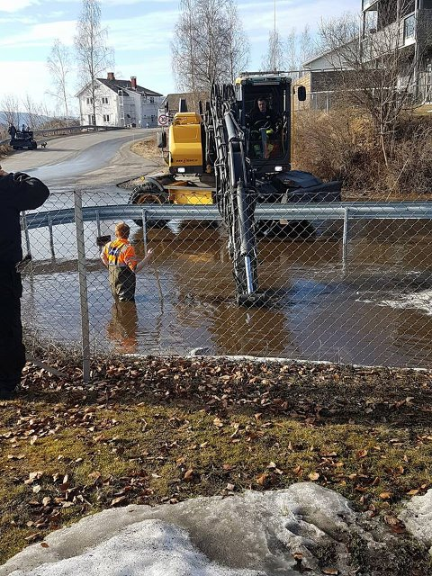 Mannskaper i sving for å løse oversvømmelsen på Jaren.