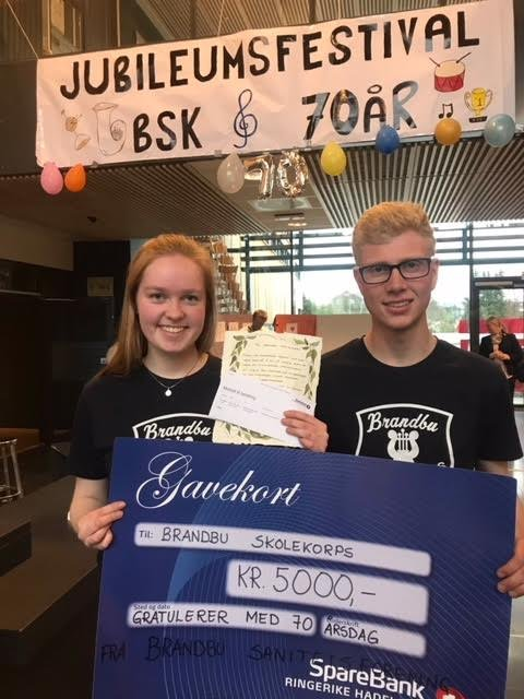 GAVER: Martine Haagensen og Andreas Valstad Nilsen med gavebrevene fra Lions Club Gran og Brandbu Sanitetsforening.