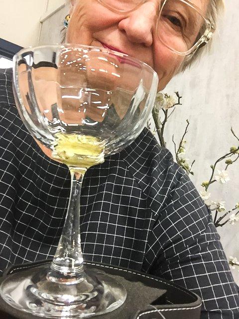 KUNSTNEREN: Ulla-Mari Brantenberg med glasset Opera, som lanseres i samarbeid med Operafest Røykenvik.