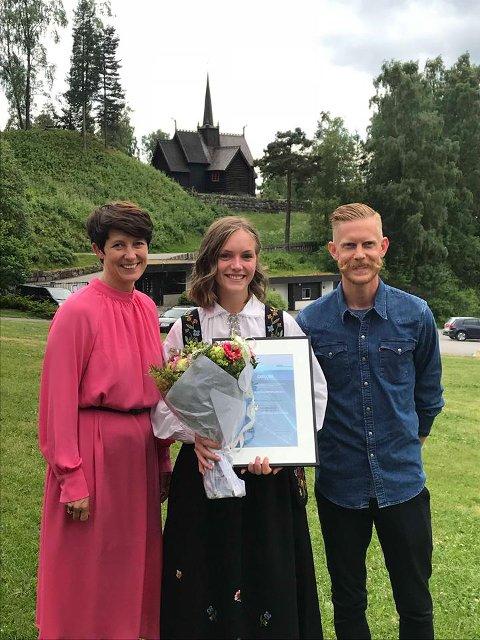 PRISUTDELING: Martine Rogneby Haglund ble tidelt Pierre de Coubertin-prisen 18. juni. Her er hun sammen med fylkesvaraordfører Aud Hovde og skilhopper og prisutdeler Robert Johansen.