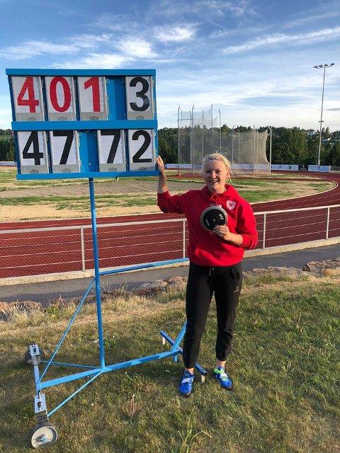 BESTENOTERING: Lotta Flatum Fallingen kastet 47,72 meter i diskos onsdag kveld. Det holdt til ny norsk bestenotering i 16-årsklassen.