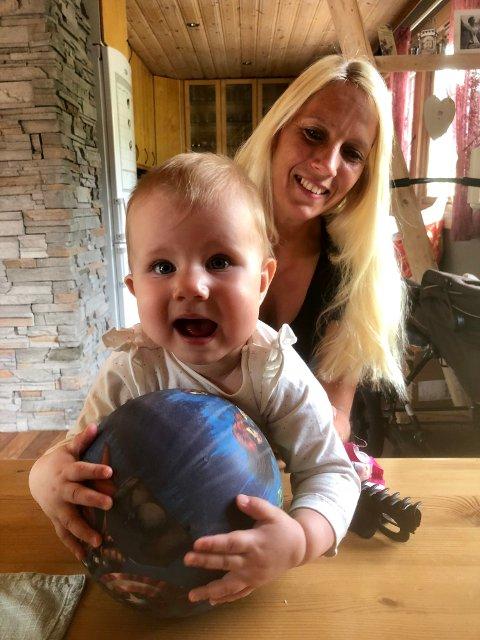 TIDLIG KRØKES: Mona Stensrud er hjemme i permisjon med datteren Mileah.