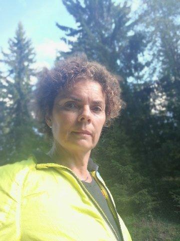 SKREMT: Anita Andvik mener hun ble skremt av bjørnebrøl ved Hengedykrysset et stykke unna Høgkorslinken tirsdag ettermiddag.