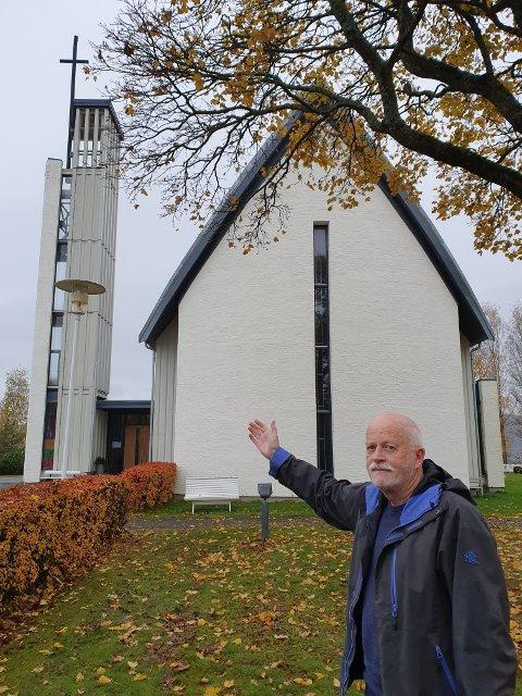 KIRKEVERGEN: Jon Skeie var kirkeverge da Grymyr kirke brant for 20 år siden, en uendelig trist og dramatisk opplevelse for hele bygdesamfunnet. Ny, staselig kirke har tatt plassen etter den gamle, men kan aldri fjerne de vonde minnene fra oktoberkvelden i 1999.
