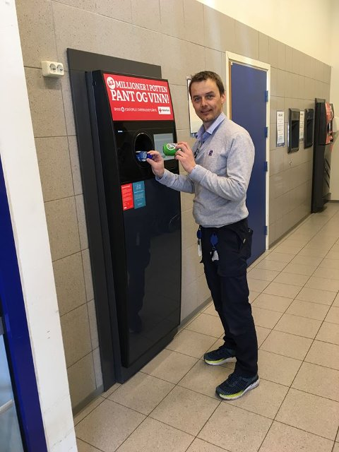 FORNØYD: Kjøpmann Kai Arne Sørumshagen hos Rema 1000 på Andfossen er fornøyd med at butikken er tredje størst i Oppland på panting.