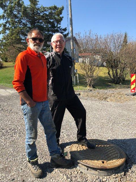 Ikke fornøyd: Terje Midtlie og Roar Kalvsjøhagen har sett seg lei på vegen i Mellerudgutua.