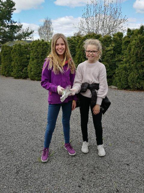 PLUKKET SØPPEL: Charlotte Aschim Grimsrud og Melina Bjørnstad Borgli  plukket søppel i Briskebyen i helgen.