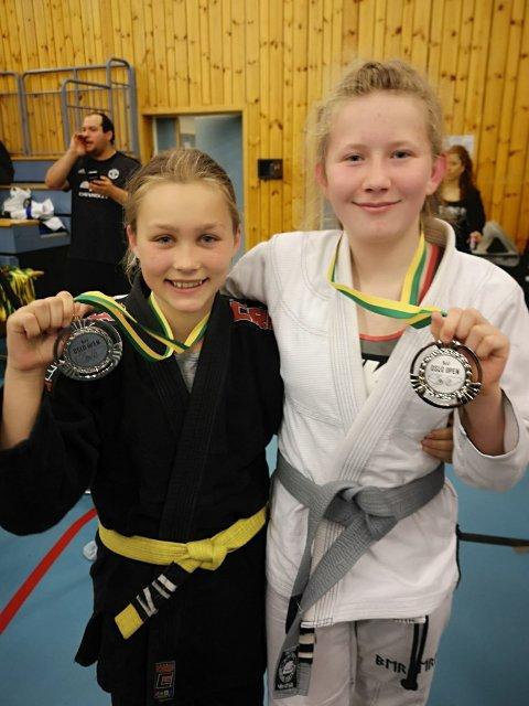 SØLV: Ina Sophie Flatin og Jade Sagen vant begge sølv i hver sin klasse.