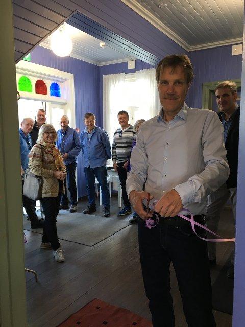 KLIPPET SNORA: Jørn Prestkvern i Sparebankstiftelsen Gran fikk æren av å klippe snora og innvie den «nye» stua i kommunehuset på Granavollen.