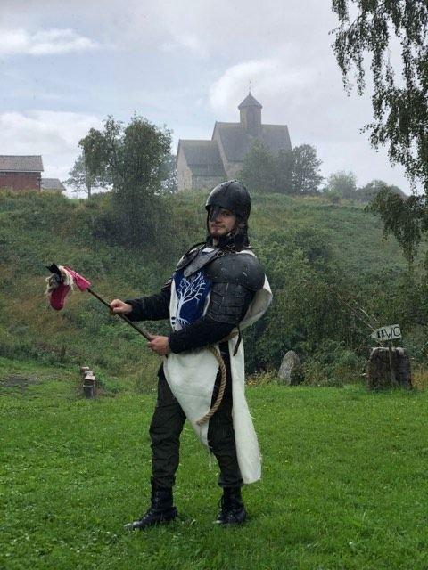 Ridder Eirvåg fra Leirvåg vil konkurrere i ridderturneringen med sin stolte hest Regnbue.