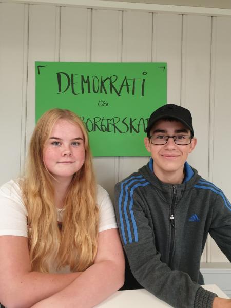 VALG: Nora Steen Gundersen (14) og Alex Farbrot (15) deltok i skolevalget på Brandbu ungdomsskole.