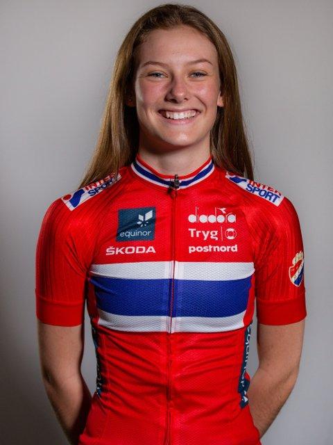 NORSKE FARGER: Lokale Natalie Irene Midtsveen fra Jevnaker representerer Norge i junior-VM i sykling.