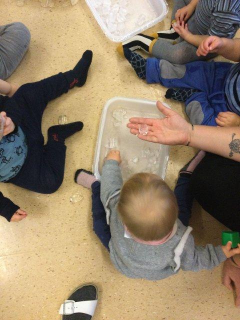 De minste barn brukte sansene sine, de fikk kjenne på isbiter. Hvorfor smelter de i hånda di, hvor blir de av?