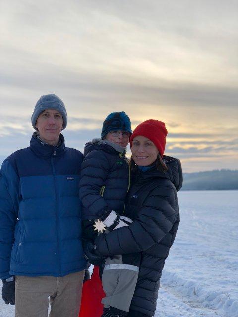 PÅ BESØK: Knut Schreiner, sønnen Stellan og kona Janne ved Harestuvatnet.