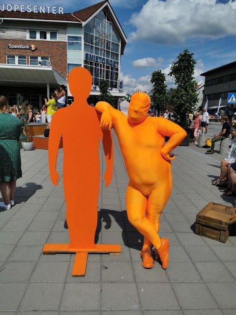 Bendik Simensen er inni den oransje drakta. Slik gjør han «Håkon hacker museet» mer levende.