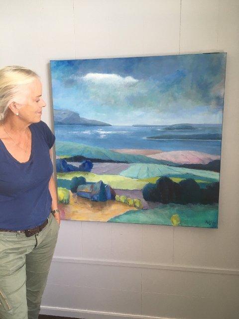 Landskap: Kari Hidem Sætre med et av sine landskapsmalerier.