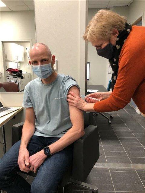 VAKSINERT: Kommuneoverlege Bjarne Oure får første dose av vaksinatør Anny Stølen Melaas. Fredag 12. februar får han andre dose.