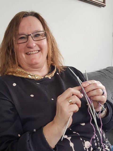 STRIKK: Helene Haugerud fra Lunner er en ivrig strikker og bidro nylig med 32 babysokker til nyfødte i kommunen.