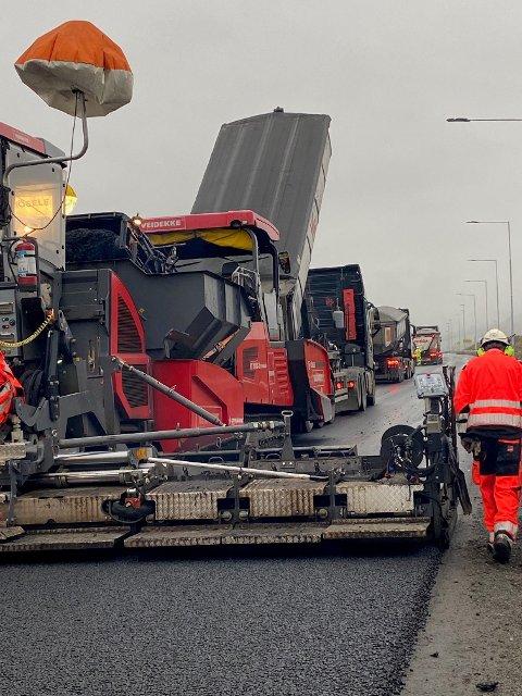 ER DU MED? Det lukter nylagt asfalt i Innlandet og jobben gjøres av dyktige fagfolk.