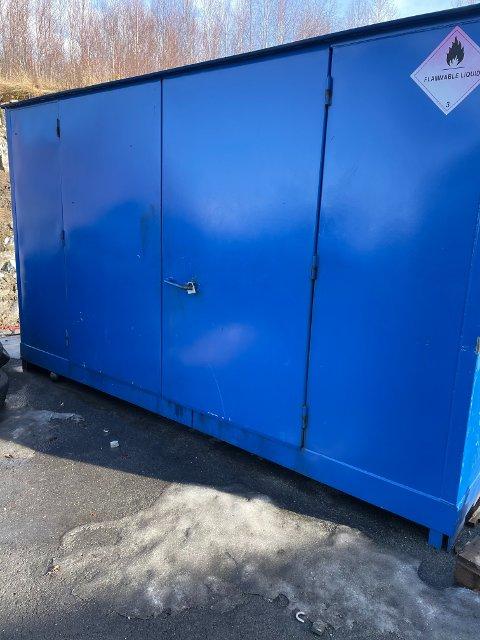 BRUTT OPP: I denne containeren har tyvene forsynt seg av brukte bilbatterier. Låsene er brutt og kastet på bakken foran.