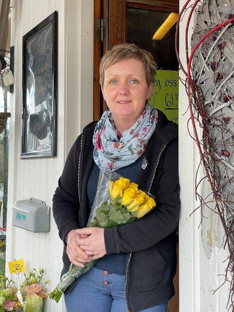 FORTVILET: Therese Klemmestad, eier av Storgata Blomster på Jevnaker, skulle ønske hun kunne opprettholdt ordningen med selvbetjent blomstertorg utenfor butikken sin. Det er det satt en stopper for nå.
