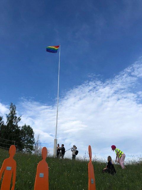 REGNBUEFLAGGET: Fra heisingen under årets Hadeland Pride ved folkemuseet. Nå er spørsmålet om det åpnes for at det heises ved Gran rådhus i 2022.