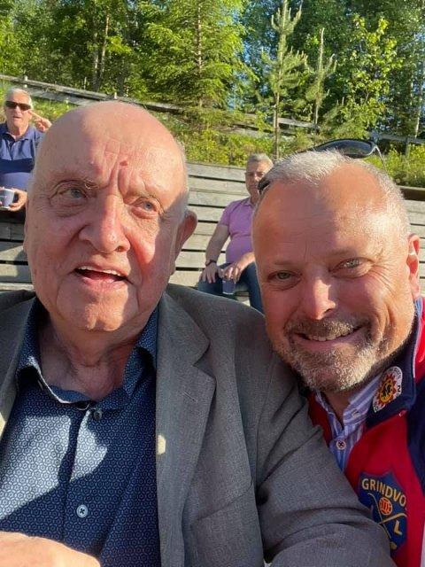 SELFIE-TID: Herlig selfie av æresmedlem Ivar «Santos» Svensbråten og tidligere storscorer Gudbrand Ruud.