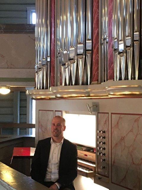 GJENHØR: Espen Melbø ved orgelet i Jevnaker kirke.