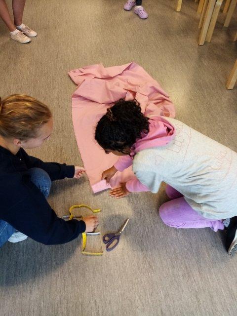 På symaskinverkstedet bli klipping, dekorering og søm til praktiske nett. Ingen behøver å bruke plastposer lenger.