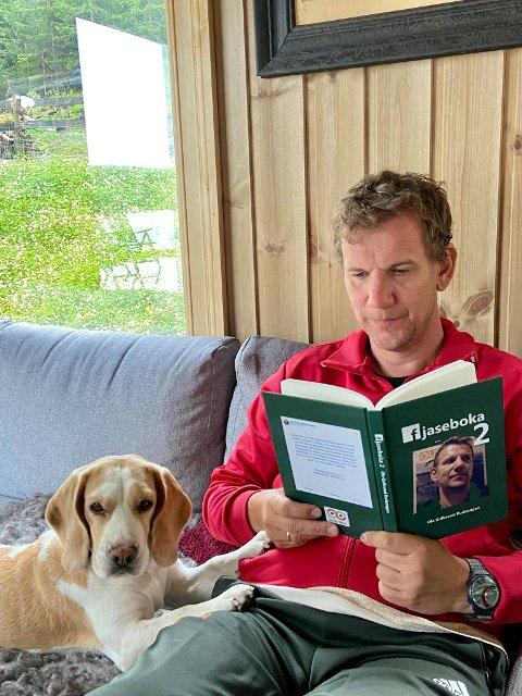 NY BOK: Ziva er en hund etter bøker, og nå har matfar Ole Gulbrand begått bok nummer to i Fjasebok-serien.