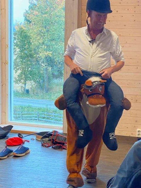 TIL HEST: Moromann Hans Esben Gihle på hesteryggen.
