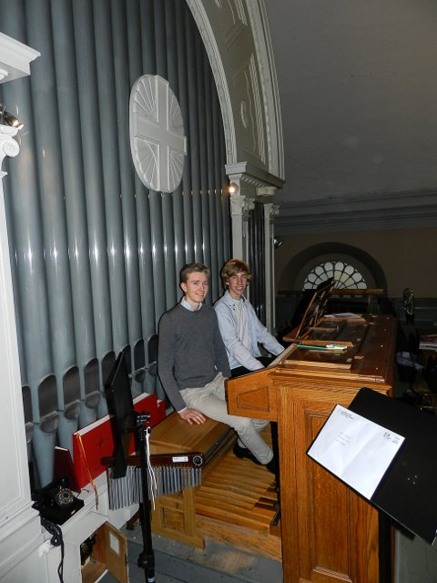 Disse pipene fra 1915 gir fortsatt god lyd. Det vet 18-åringene Sindre Seim Gulbrandsen (t.v.) og Hans Eivind Johnsen Skinstad som lærer å spille orgel av kantor i Immanuels kirke. Begge spilte under gudstjenesten søndag.