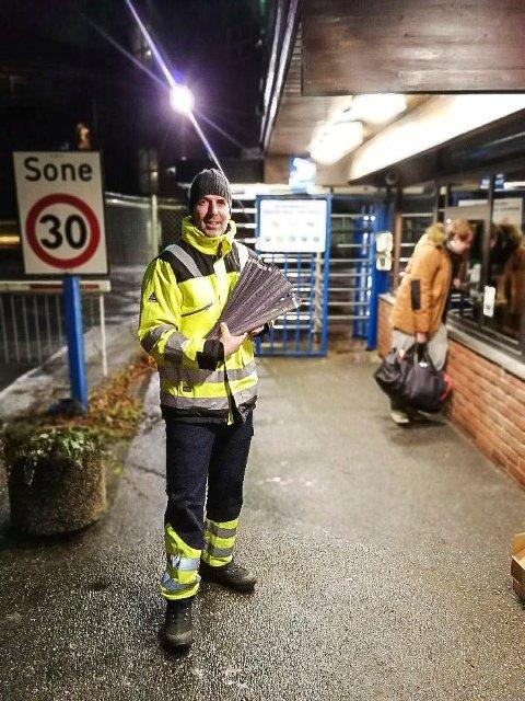 REDDER LIV: Distriktsleder Paal-Gunnar Mathisen i Trygg Trafikk Østfold delte ut reflekser.