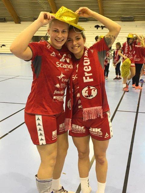 Pernille Christensen (tv) og Melanie Felber feirer opprykket.
