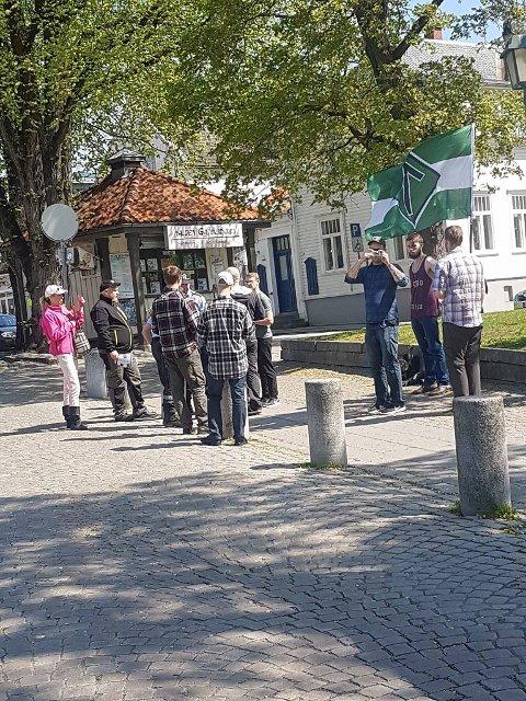BORTVIST: Da politiet ankom og Nordfront ikke kunne forevise tillatelse til å ha stand, ble organisajonens medlemmer bortvist.