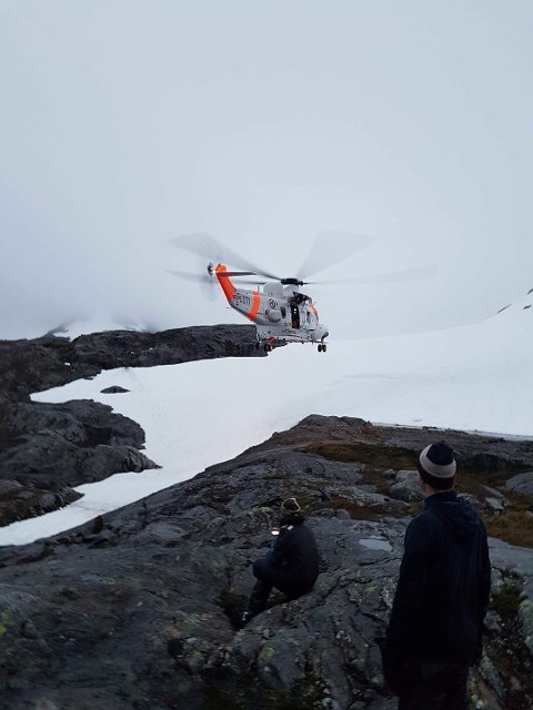 DRAMATISK: Det var dramatiske timer for speiderne ved Børvasstindan. Her kommer endelig redningshelikopteret.
