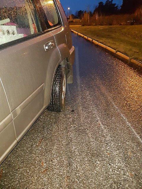 ØDELAGT: Bilen står pås tedet hvil fram til den blir reparert på stedet eller tauet bort.