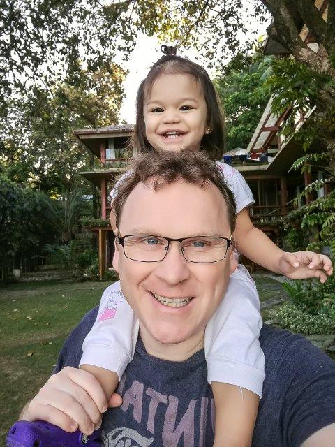 FAR OG DATTER: Christer Sanne er frustrert over at hans norske datter har måttet leve sine første år i Filipinene, adskilt fra faren.
