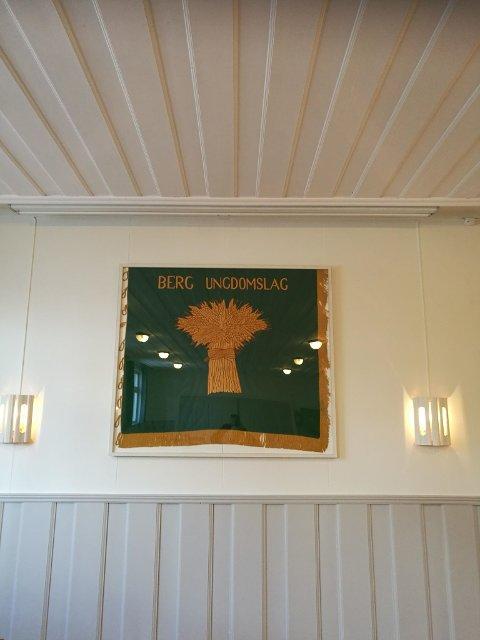 Fana pryder nå veggen i lillesalen.